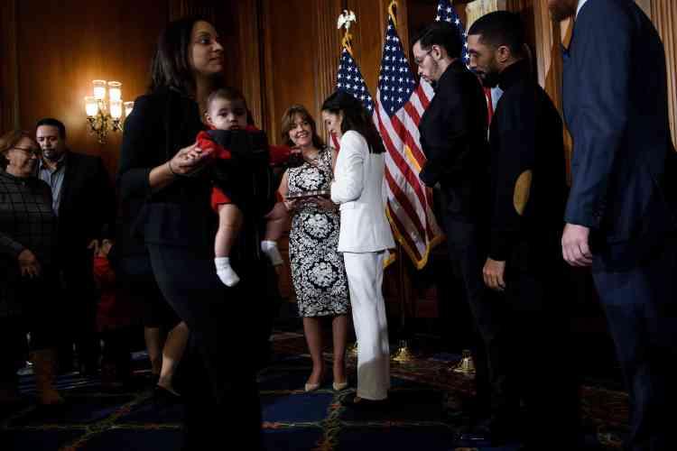 La démocrate Alexandria Ocasio-Cortez avait choisi un tailleur pantalon blanc, en hommage aux suffragettes qui se sont battues pour le droit de vote des femmes.A29ans, elle est la plus jeune femme élue de l'histoire de la Chambre des représentants.