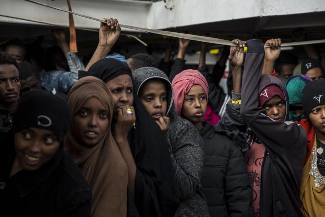 Un groupe de migrants secourus au large des côteslibyennes, àbord du navire de l'ONG OpenArms, àAlgésiras(Espagne), le 21 décembre.