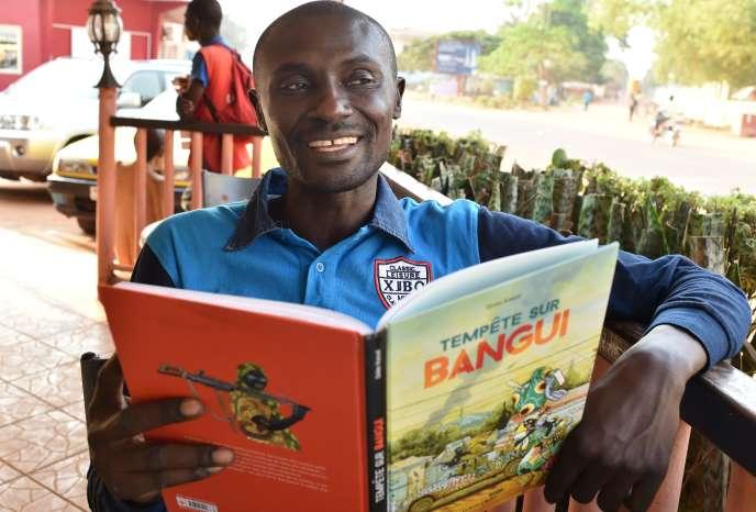 Le dessinateur centrafricain Didier Kassaï, à Bangui, le 29décembre 2015.