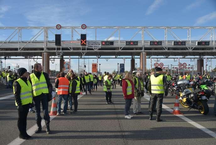 Des « gilets jaunes» manifestent devant un péage d'autoroute à Muret, près de Toulouse (Haute-Garonne), le 24 novembre 2018.