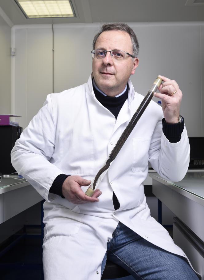 Franck Zal présente un spécimen de ver marin (arénicole) dont il transforme l'hémoglobine en produits qui facilitent les greffes et les transplantations d'organes.
