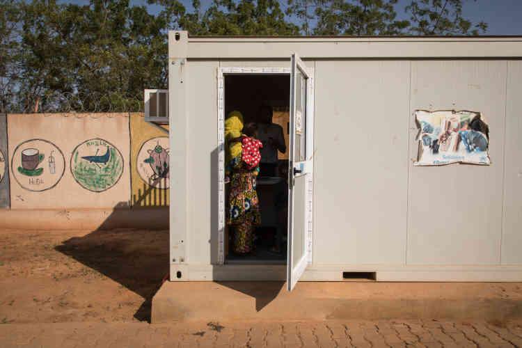 Bintou a 32 ans. Elle étudiait à Gao quand le conflit au Mali a éclaté, et son village, attaqué. Elle a aujourd'hui 3 enfants. Son premier mari est mort. Elle a une sœur qui vit en France mais elle ignore dans quelle ville. Elle est arrivée au Niger comme réfugiée en 2012. Son plus grand souhait serait« d'être choisie par la France».