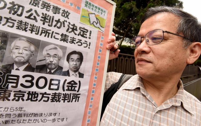 Un homme manifeste devant le tribunal de district de Tokyo, lors du premier procès de trois anciens cadres de Tepco,le 30 juin 2017.