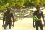 Deux membres de la tribu des « Sentinelles » en 1993 : image extraite du documentaire tourné sur l'île Nord-Sentinelle (Andaman-et-Nicobar en Inde).