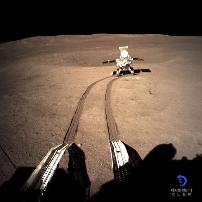 Photo de l'agence spatiale chinoise du rover qui a aluni sur la face cachée de la Lune le 3 janvier.