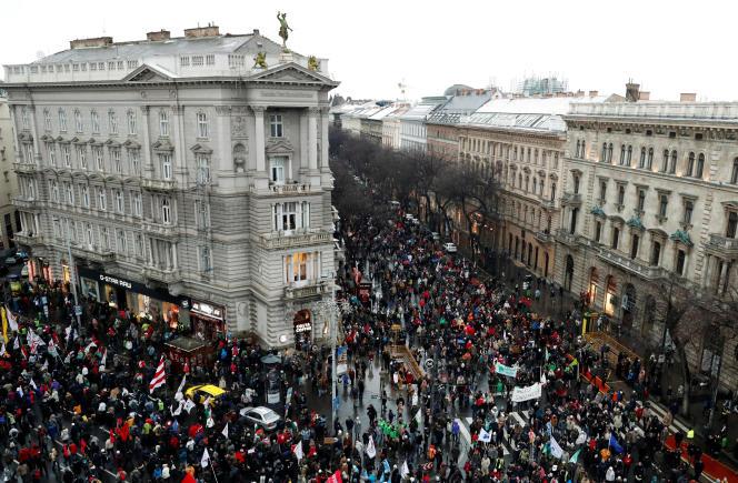 Les manifestants ont dénoncé, le 5 janvier à Budapest, une loi« esclavagiste», selon eux.