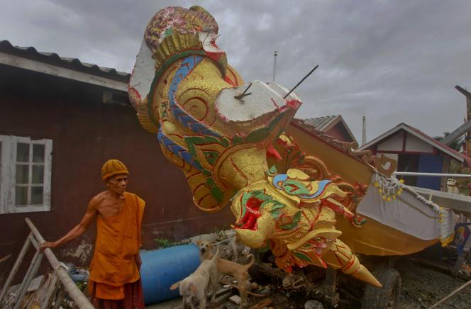Un moine boudhiste près de débris après le passage de la tempête tropicale Pabuk, le 5 janvier, àPak Phanang, dans la province deNakhon Si Thammarat, dans le sud de la Thaïlande.