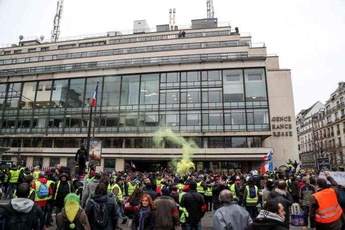 Rassemblement de « gilets jaunes» devant le siège de l'Agence France-Presse, à Paris, le 5 janvier.