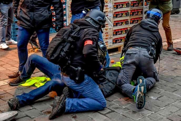 Des policiers interpellent un manifestant « gilet jaune», à Lille, le 5 janvier.