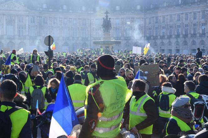Des milliers de « gilets jaunes» se sont rassemblés place de la Bourse à Bordeaux, samedi 5 janvier.