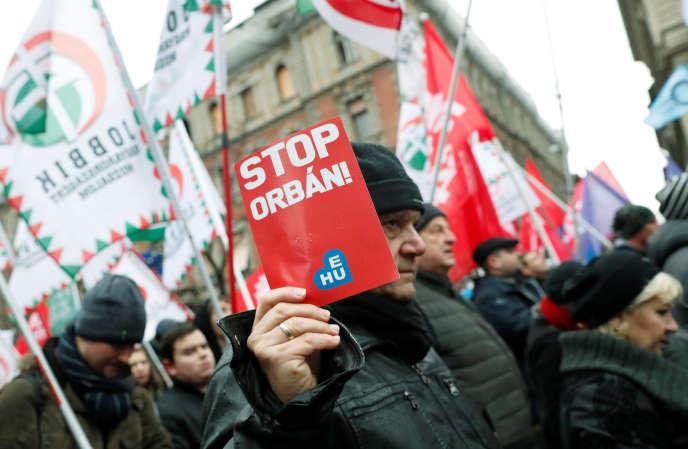 Manifestation contre lepremier ministre, ViktorOrban, et la nouvelle loi assouplissant le droit du travail, à Budapest, le 5 janvier.