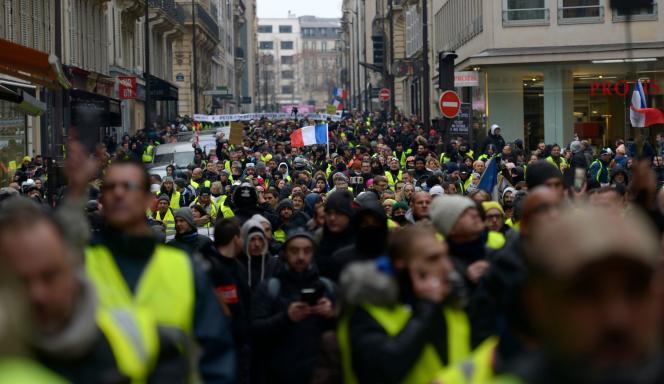 L'arrivée de la manifestation des« gilets jaunes» dans le quartier desChamps-Elysées, à Paris, le 5 janvier.