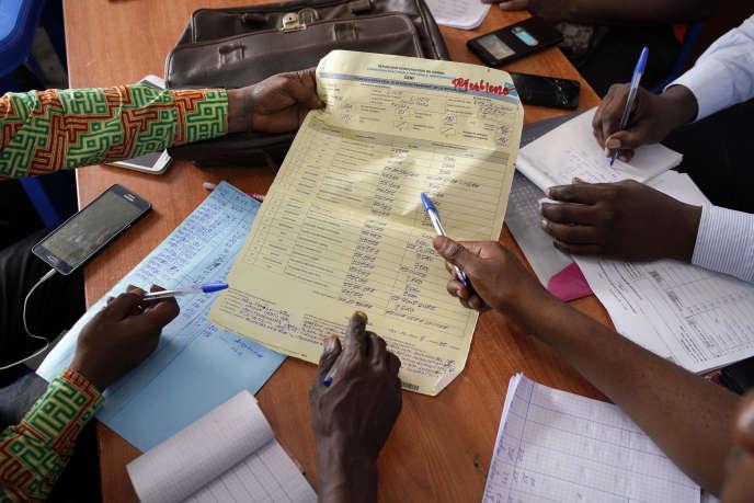 Des observateurs comptabilisent les voix de 900 bureaux de vote à l'élection présidentielle, Kinshasa, le 4 janvier.