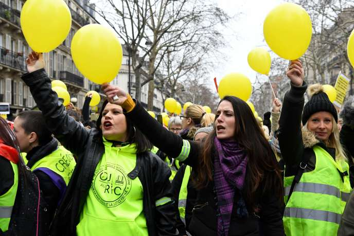 A Paris, les manifestantes ont chanté la «Marseillaise», des ballons jaunes à la main, dimanche 6 janvier.