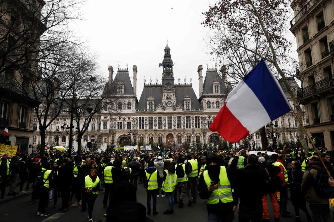 Manifestation de « gilets jaunes» devant l'Hôtel de ville de Paris, samedi 5 janvier.