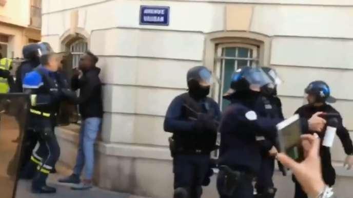 Dans cette vidéo, l'officier de police est filmé frappant au visage le jeune homme posté contre le mur, à Toulon, le 5 janvier.