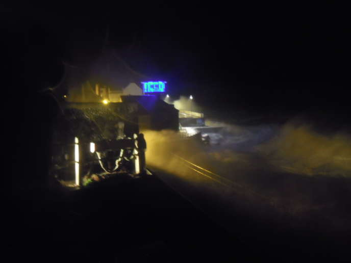 Passage de la tempête Xaver à Sheringham, sur la côte anglaise de mer du Nord, le 5 décembre 2013 au soir.