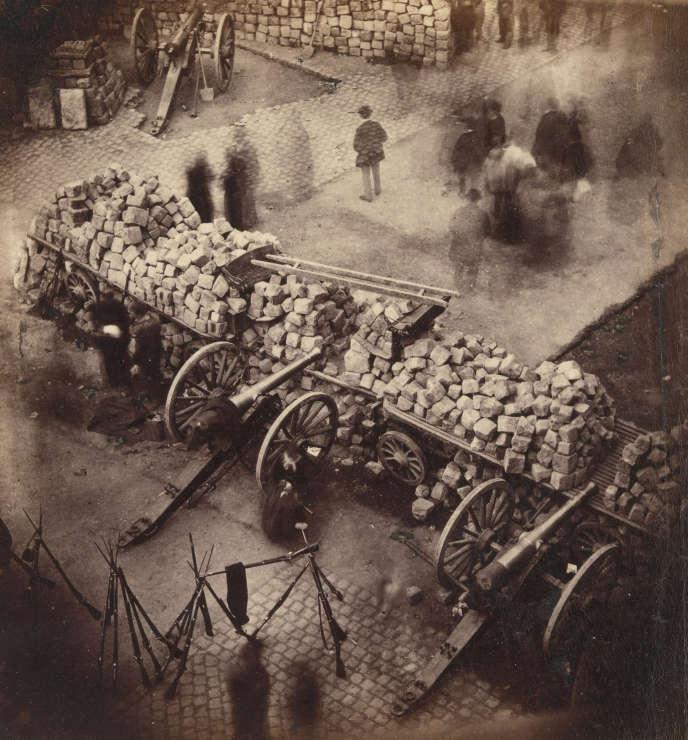 Une barricade près de l'Hôtel de ville, à Paris, en avril 1871.