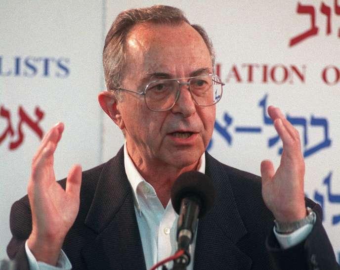 Moshe Arens, lors d'une conférence de presse, à Tel Aviv, le 11 janvier 1999. L'ancien ministre est mort le 7 janvier à l'âge de 93 ans.