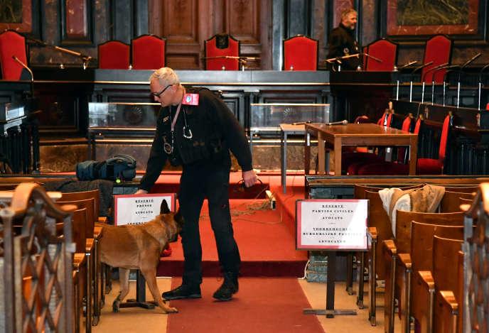 Un policier belge sécurise avec son chienla salle d'audience avant l'audience préliminaire, le 20 décembre 2018.