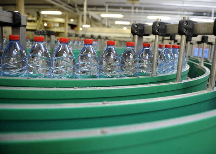 Dans les installations de Nestlé Waters, à Vittel, dans les Vosges, en juillet 2010.