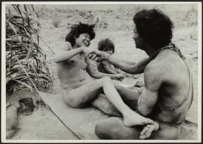 Une photographie d'Indiens Nambikwara, un peuple autochtone du Nord-Ouest du Mato Grosso, par Claude Lévi-Strauss.