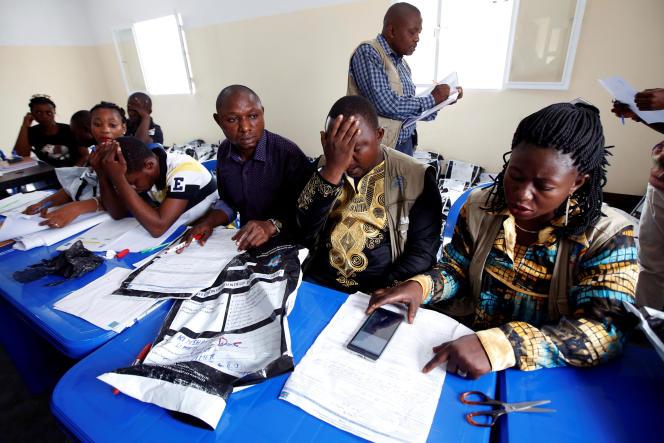 Des responsables de la Commission électorale nationale indépendante (CENI) décomptent les votes à Kinshasa, en RDC, le 4janvier 2019.