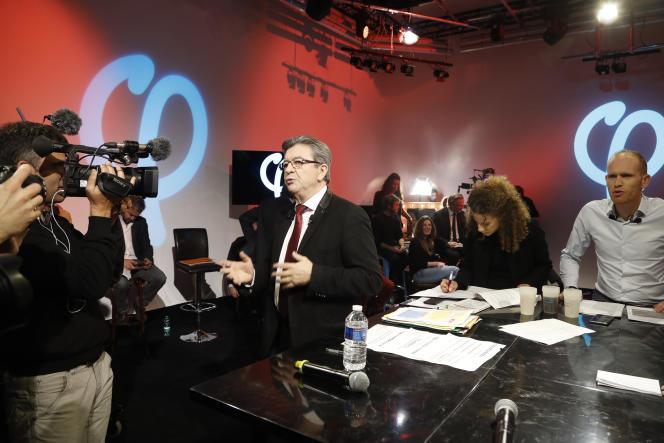A droite, le journaliste indépendant Guillaume Tatu, proche de La France insoumise, à Paris, en février 2017.