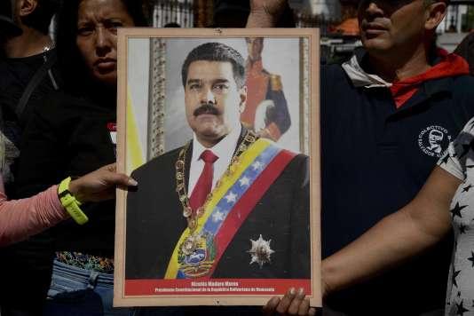 Des partisans de Nicolas Maduro, à Caracas, le 7 janvier.