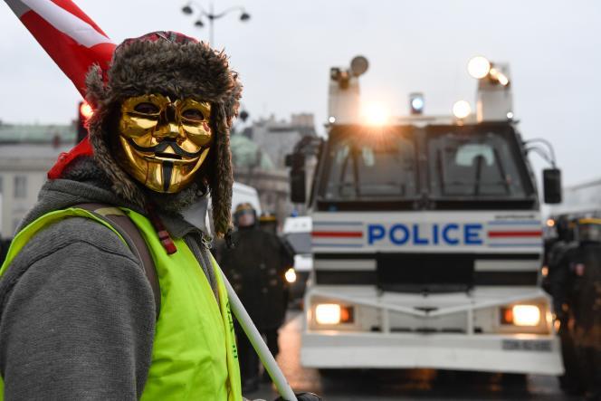 «Gilet jaune» et policiers, à Paris, le 5 janvier.