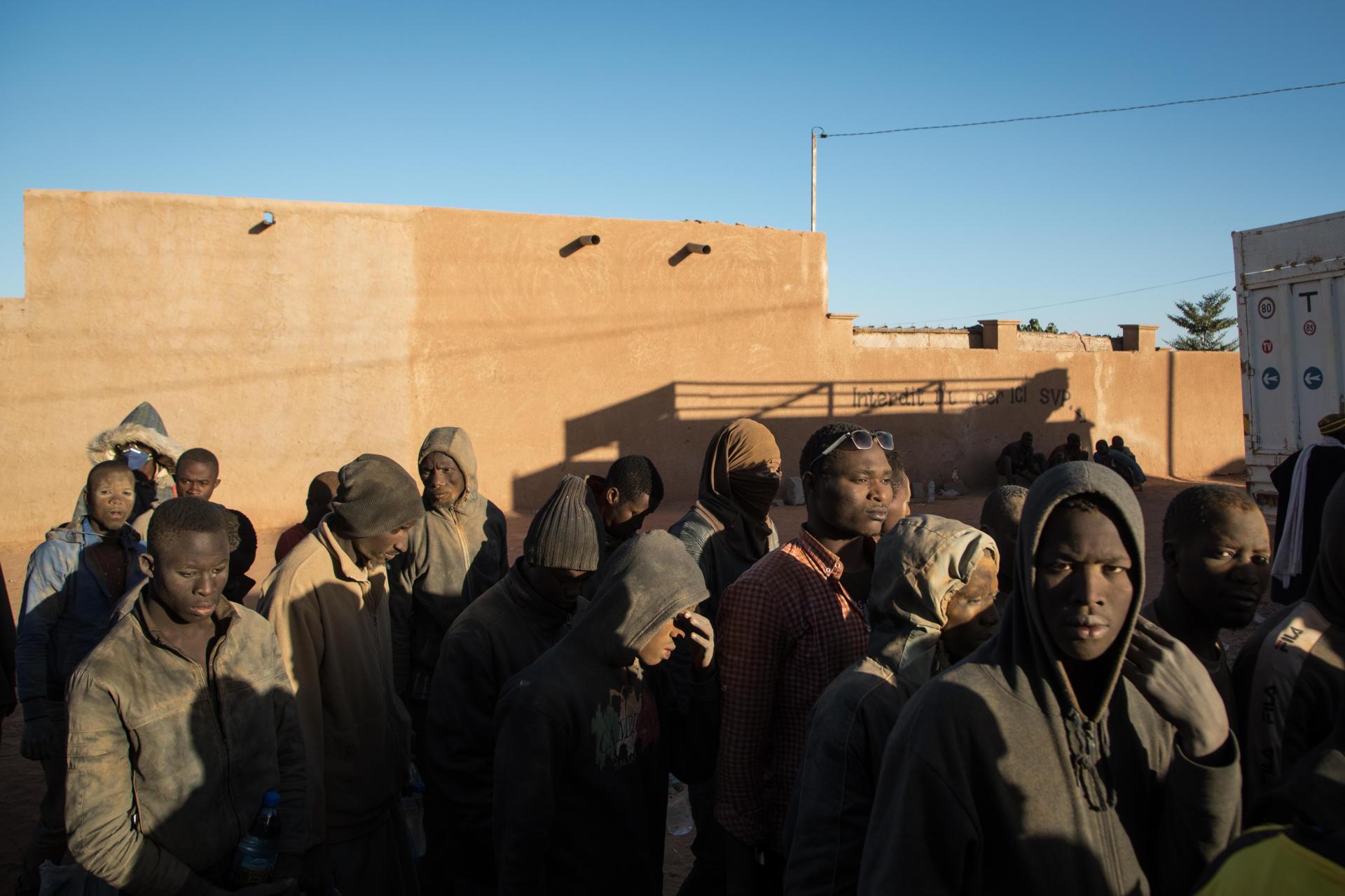 Leurs vêtements ont été jaunis par la poussière du Sahara. A peine débarqués des bétaillères, les refoulés s'empressent de témoigner de la «chasse à l'homme noir» qui sévit dans les rues des villes algériennes.BACHIR POUR LE MONDE
