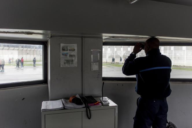 Un surveillant observe les détenus dans la cour de promenade depuis la galerie, à la maison d'arrêt de Fleury-Mérogis (Essonne), le 19 février 2018.