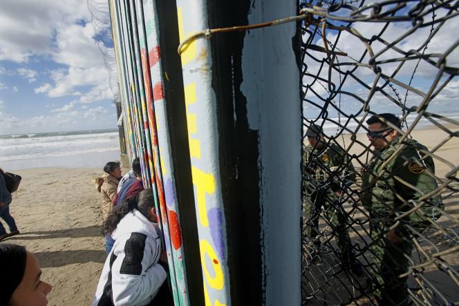 A la frontière entre le Mexique et les Etats-Unis à Tijuana, le 6 janvier.