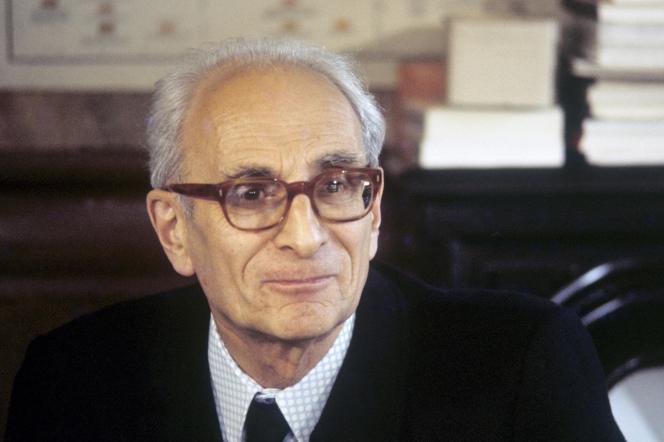 L'anthropologue Claude Lévi-Strauss dans son bureau du Collège de France, élu à l'Académie française (pas de date spécifiée).
