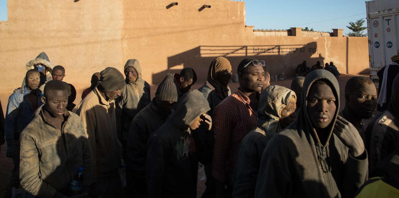 166 personnes refoulées par les autorités algériennes du pays viennent d'arriver au centre O.I.M. d'Arlit. Ils ont marché plus de 15 KM à pied entre In Guezzam (Point Zéro) et Assamakka, première ville nigérienne, la plus proche de l'Algérie, avant d'être recueillis par l'O.I.M. Pour la plupart, ils arrivent à Arlit épuisés, le visage recouvert de sable sans leurs effets personnels ni sous. Lors de leur interpellation, les policiers algériens leurs ont confisqué leurs téléphones portables, leurs économies et leurs vêtements en échange d'un ticket de laboratoire photo. Finalement, tous leurs biens ont disparu. Volés, parfois frappés par les autorités algériennes. Ils viennent du Mali, du Sénégal, de la Guinée-Conakry, du Bénin, du Togo et du Nigaria. Tous travaillaient sur des chantiers en Algérie. Parmi eux, certains sont étudiants.