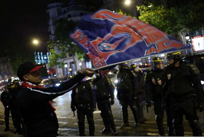Les interdictions adminstratives de stade prononcées par les préfets ont étéinstaurées en2006 à la suite d'une montée des tensions au Parc des Princes (à Paris) entresupporteurs du Paris-Saint-Germain.