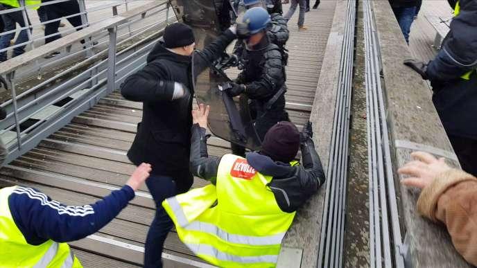 L'ex-boxeur professionnel ChristopheDettingerportant un coup à un gendarme sur la passerelle Léopold-Sédar-Senghor, à Paris, le 5 janvier.
