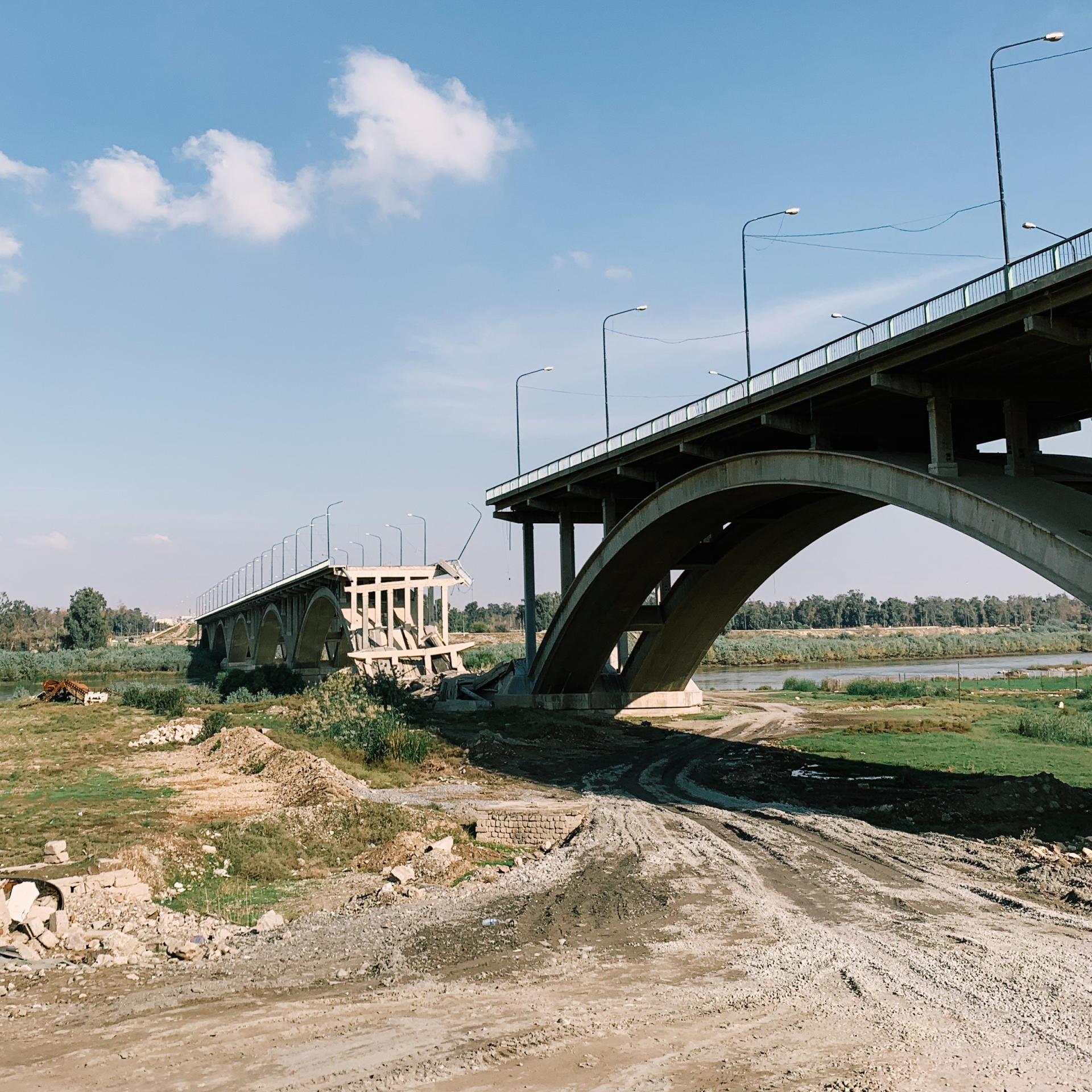 Le pont qui réunissait les parties ouest et est de Mossoul, détruit pendant la guerre, est resté à l'abandon.ALEXANDRA ROSE HOWLAND POUR LE MONDE