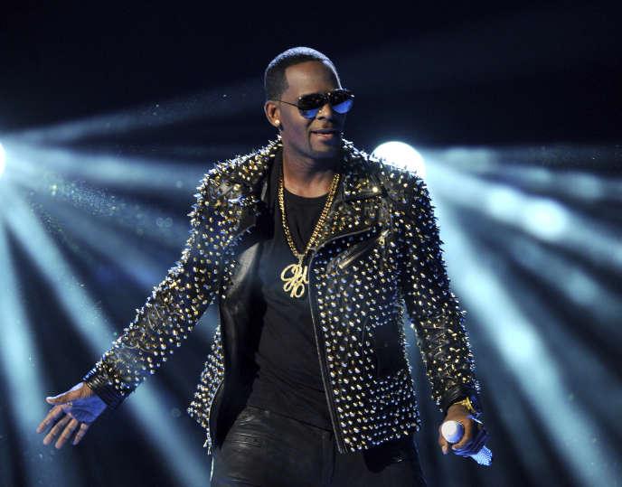 Le chanteur américain R. Kelly sur la scène des BET Awards à Los Angeles, le 30 juin 2013.