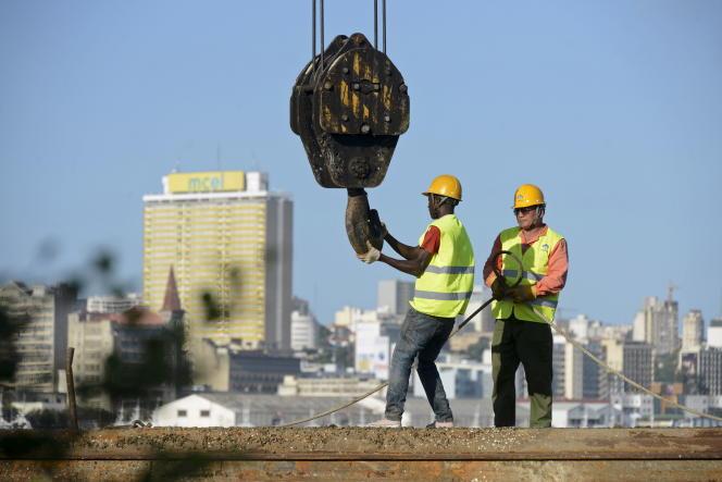 Construction d'un pont à Maputo, en avril 2016, au Mozambique, pays où l'endettement public a bondi de 50% à 102% entre 2013 et 2018.