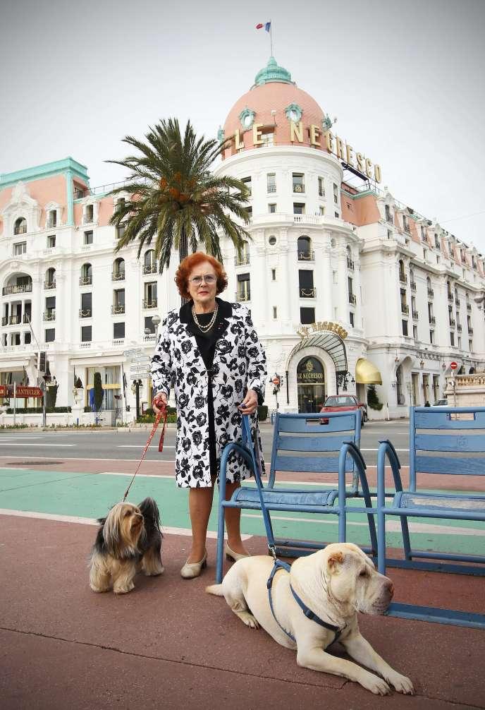 Jeanne Augier, la propriétaire du Negresco, posant devant son palace en 2011.