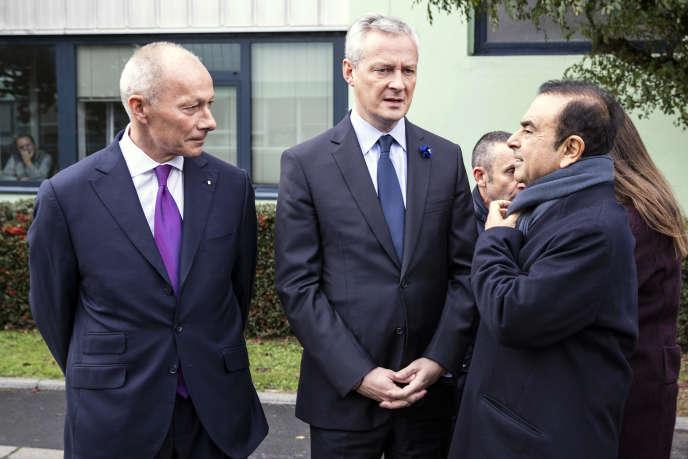 Entourant le minstre de l'économie, Bruno Le Maire, Thierry Bolloré, directeur général, et Carlos Ghosn, PDG de Renault, le 8 novembre.