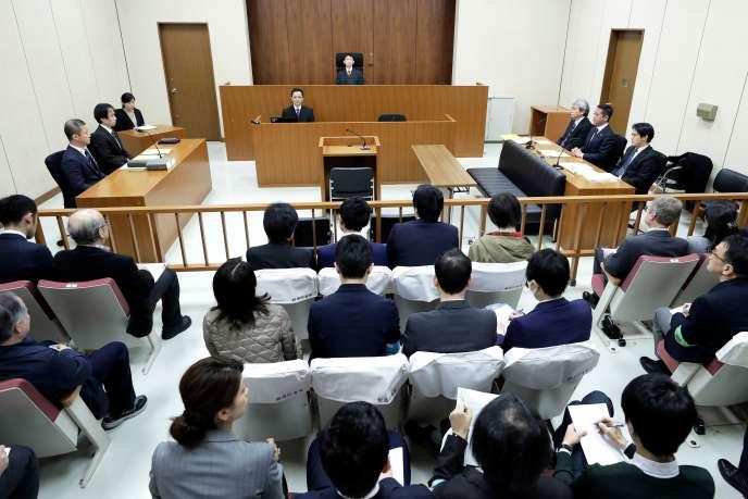 Le juge Yuichi Tada (en haut, au centre) dans la salle d'audience dans laquelle comparaît l'ancien dirigeant de Nissan Carlos Ghosn, le 8 janvier.
