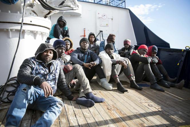 Des exilés d'Afrique sur le pont du navire de l'ONG Sea Eye, qui les a secourus au large de la Libye fin décembre, le 8 janvier.
