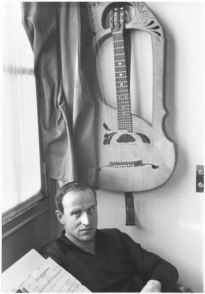 Boris Vian devant une guitare Lyre,en 1956, à Montmartre.