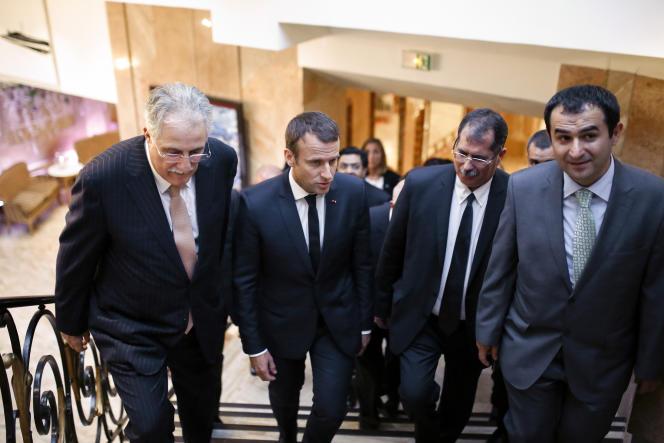 Chems-Eddine Hafiz, vice-président du CFCM à l'époque, Emmanuel Macron, Anouar Kbibech, président du CFCM à l'époque, et Ahmet Ogras, son successeur, lors d'un diner de l'institution musulmane le 20 juin 2017, à Paris.