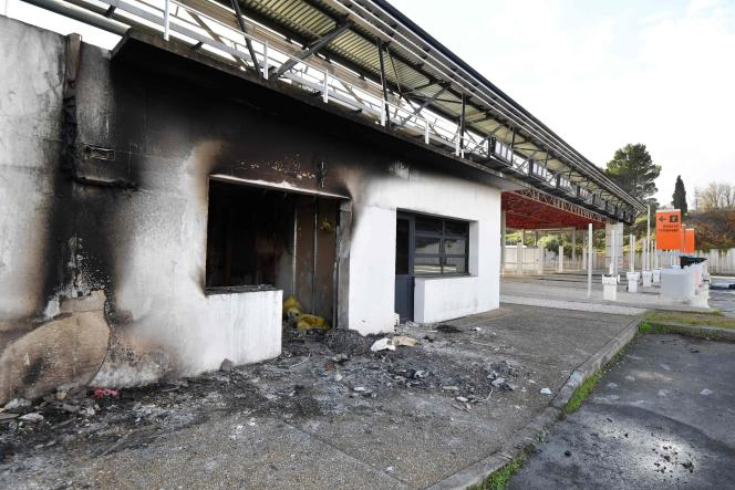 Le péage de Bessan dans l'Hérault a été incendié à la mi-décembre.