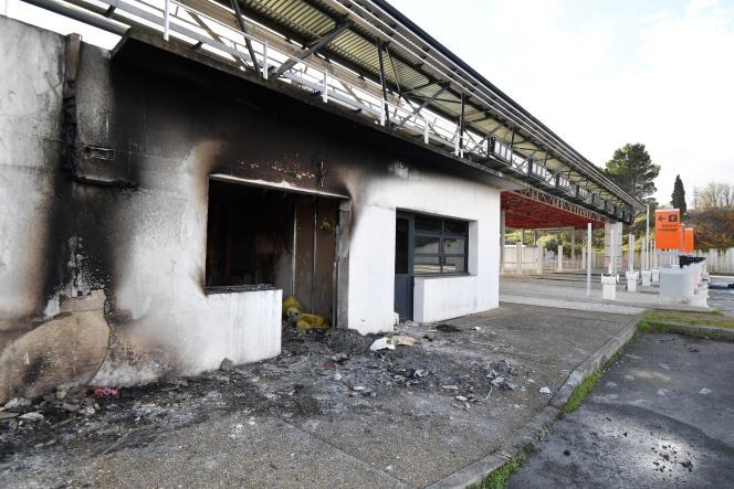Quelque 150gendarmes ont lancé cette opération sur commission rogatoire du parquet de Béziers dans le cadre de l'enquête sur l'incendie de ce bâtiment sur ce péage de l'A9 survenu dans la nuit du 15 au 16décembre.