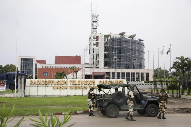 Des soldats stationnent devant le siège de la Radio-Télévision gabonaise, t«héâtre d'une tentative de coup d'Etat, à Libreville, le 7janvier 2019.