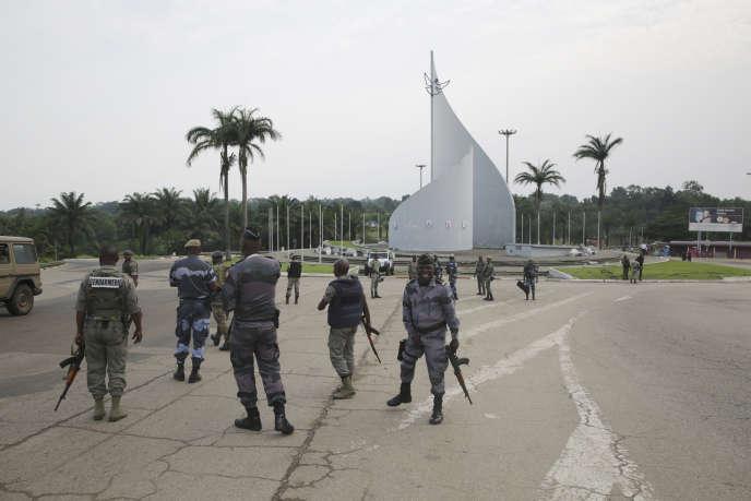 Des militaires patrouillent dans le centre de Libreville suite à la tentative avortée de coup d'Etat du 7 janvier 2019.